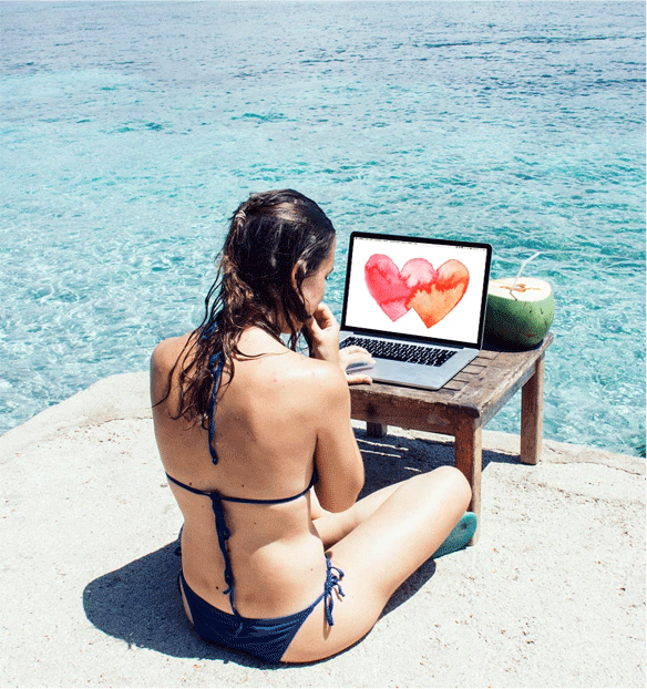 Digital nomad working from the beach - Claudia Orengo by Heartmade.es